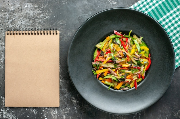 Vue de dessus de savoureux légumes sur une surface sombre