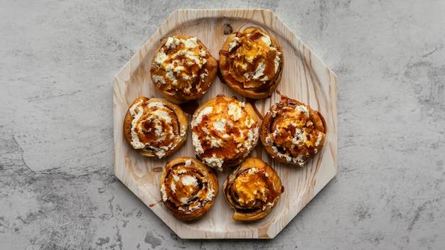 Vue de dessus de savoureux petits pains à la cannelle