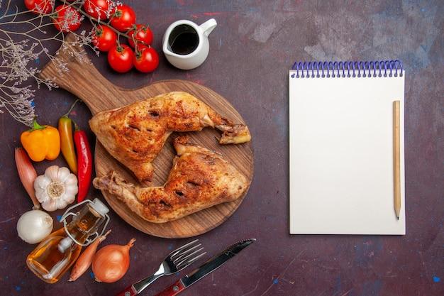 Vue de dessus savoureux poulet frit avec des légumes frais et des assaisonnements sur le bureau sombre nourriture repas de poulet viande de légumes