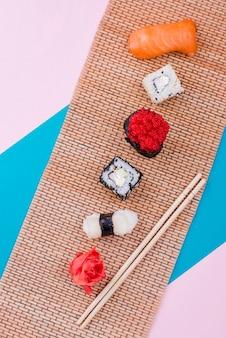 Vue de dessus savoureux rouleau de sushi sur table