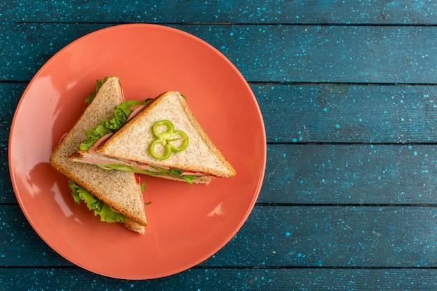 Vue de dessus de savoureux sandwichs avec salade verte jambon et tomates