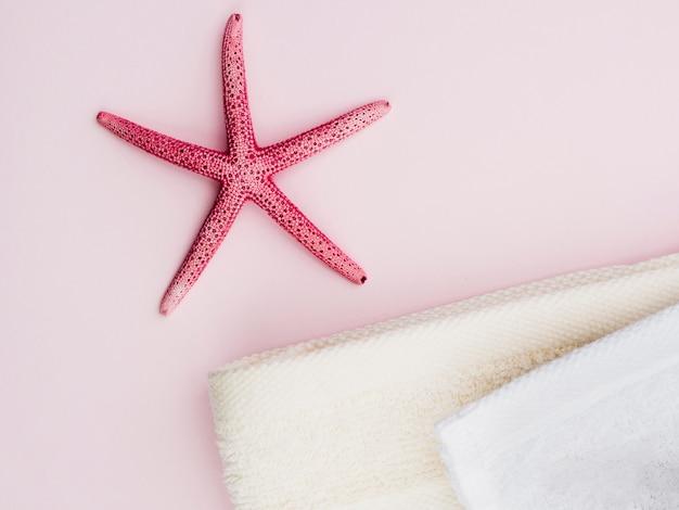 Vue de dessus seastar à côté des serviettes