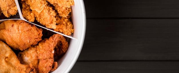 Vue de dessus seau de poulet frit avec espace copie
