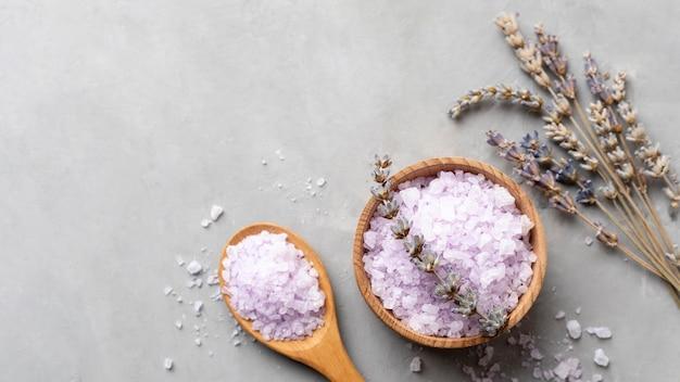 Vue de dessus sel de désintoxication biologique et lavande