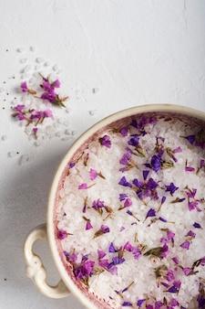 Vue de dessus sel minéral et lavande