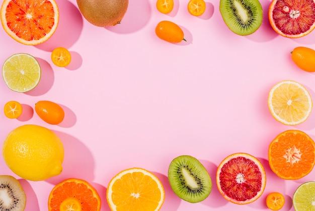 Vue de dessus sélection de fruits exotiques avec espace copie