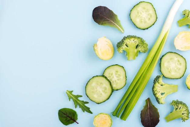 Vue de dessus sélection de légumes biologiques avec espace copie