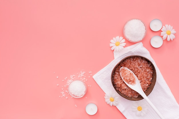 Vue de dessus des sels de bain et des fleurs de camomille