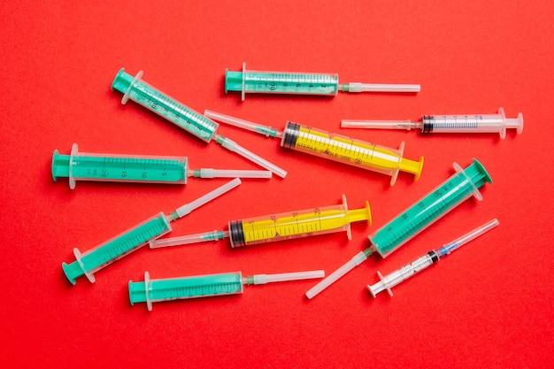 Vue de dessus des seringues médicales avec aiguilles au rouge