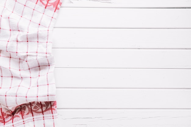 Vue de dessus d'une serviette blanche sur une table en bois