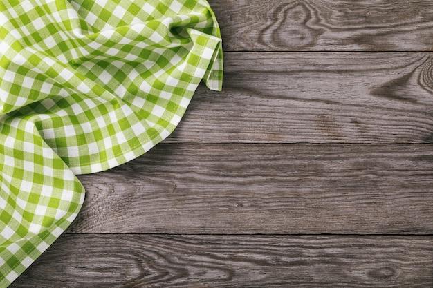 Vue de dessus sur une serviette multicolore sur le côté gauche d'une table en bois avec espace copie