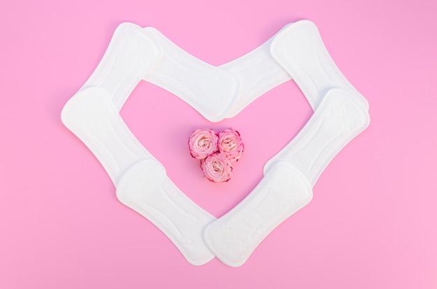 Vue de dessus de serviettes hygiéniques en forme de cœur