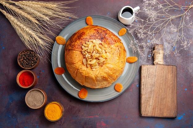 Vue de dessus shakh plov délicieux repas oriental se compose de riz cuit à l'intérieur de pâte ronde sur fond sombre cuisine alimentaire pâte de riz