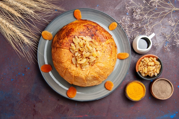 Vue de dessus shakh plov délicieux repas oriental se compose de riz cuit à l'intérieur de la pâte ronde sur fond sombre cuisine repas pâte alimentaire de riz