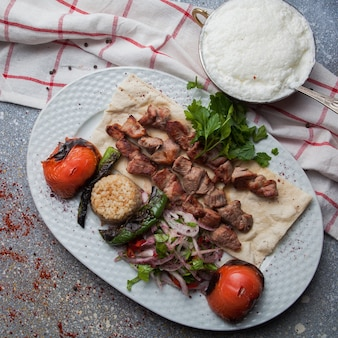 Vue de dessus shish kebab avec tomate et oignon et ayran