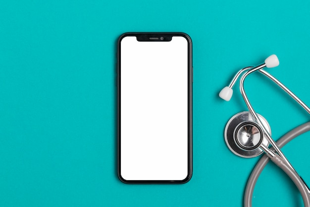 Vue de dessus smartphone avec stéthoscope