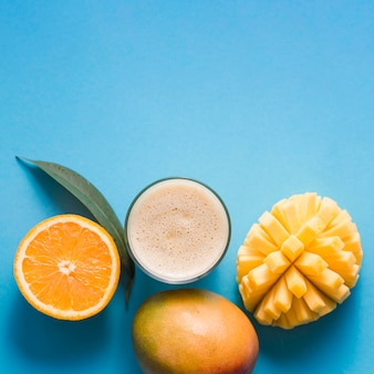 Vue de dessus smoothie mangue et orange avec copie-espace