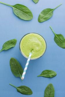 Vue de dessus smoothie vert avec des feuilles