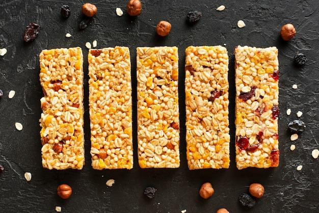 Vue de dessus des snack-bars avec des fruits secs