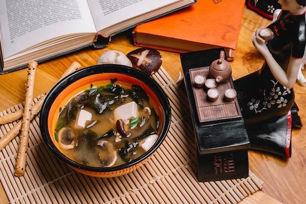 Vue de dessus soupe aux champignons avec des champignons et une figurine