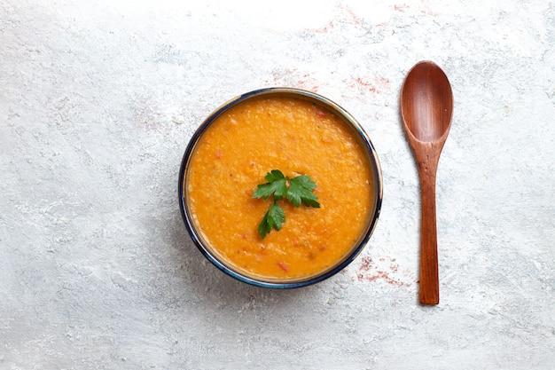 Vue de dessus de la soupe aux haricots appelée merci à l'intérieur de la petite assiette sur la surface blanche de la soupe de légumes de nourriture de repas de haricots