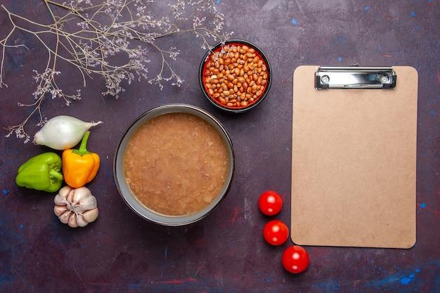 Vue de dessus soupe aux haricots bruns avec des légumes sur une surface sombre soupe de légumes huile alimentaire repas