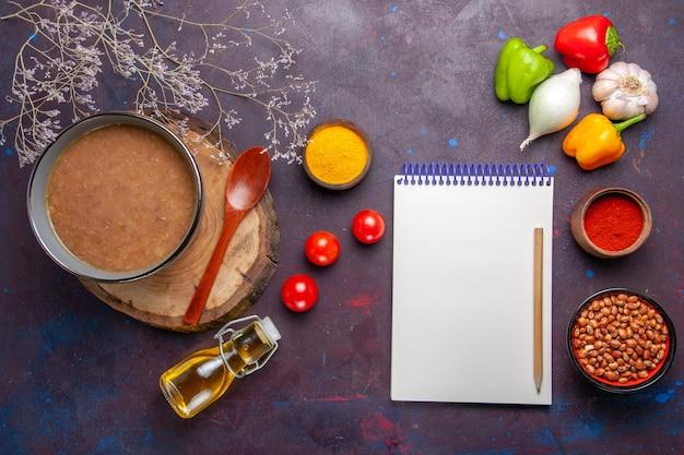 Vue de dessus soupe aux haricots délicieuse soupe cuite avec des légumes sur la surface sombre soupe aux haricots couleur repas épicé