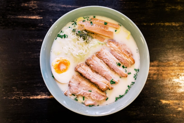 Vue de dessus de la soupe aux os de porc à la crème ramen (ramen tonkotsu).