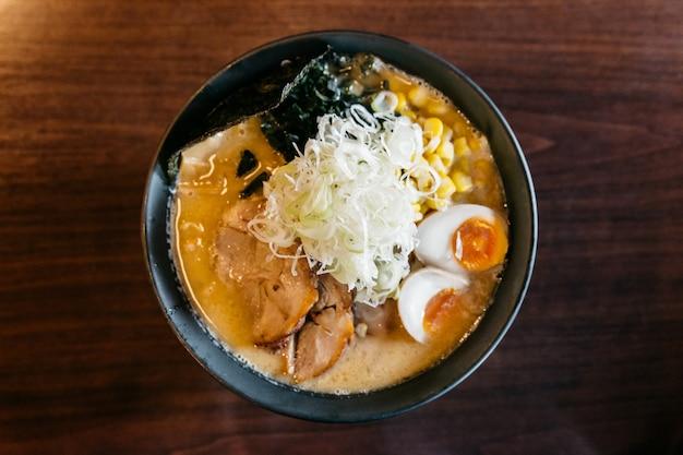 Vue de dessus de la soupe aux os de porc ramen (ramen tonkotsu).
