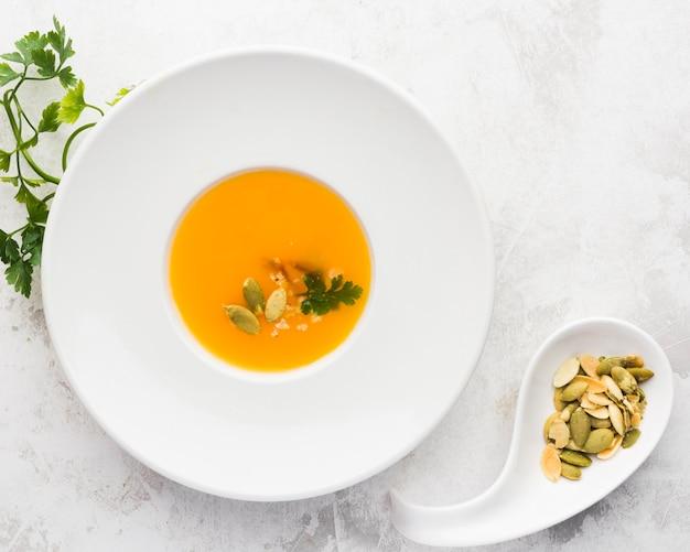 Vue de dessus soupe à la crème de légumes aux graines