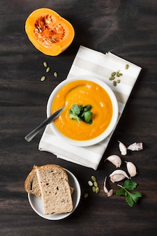 Vue de dessus de soupe à la crème de potiron