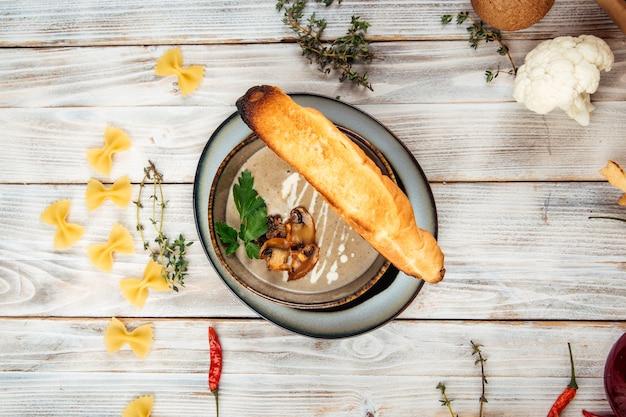 Vue de dessus soupe crémeuse aux champignons et croûtons