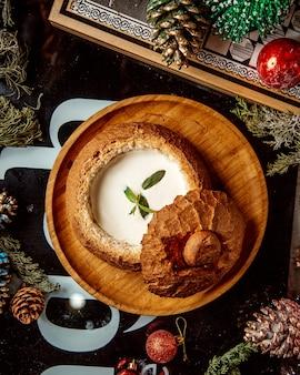 Vue de dessus de la soupe crémeuse servie dans un bol à pain