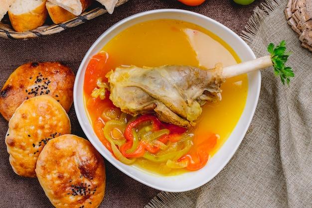 Vue de dessus soupe de cuisse de dinde au poivron et pain