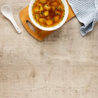 Vue de dessus soupe faite maison avec des boulettes