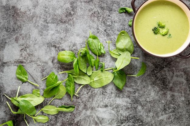Vue de dessus soupe et feuilles maison