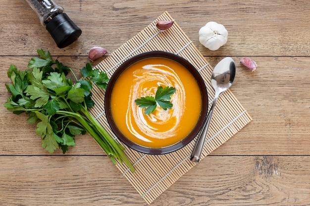 Vue de dessus de soupe de légumes et de persil