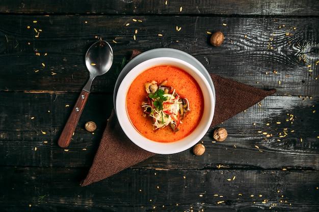 Vue de dessus sur la soupe de légumes sains appétissants sur la serviette sur la table en bois