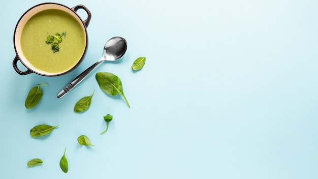 Vue de dessus soupe maison au brocoli