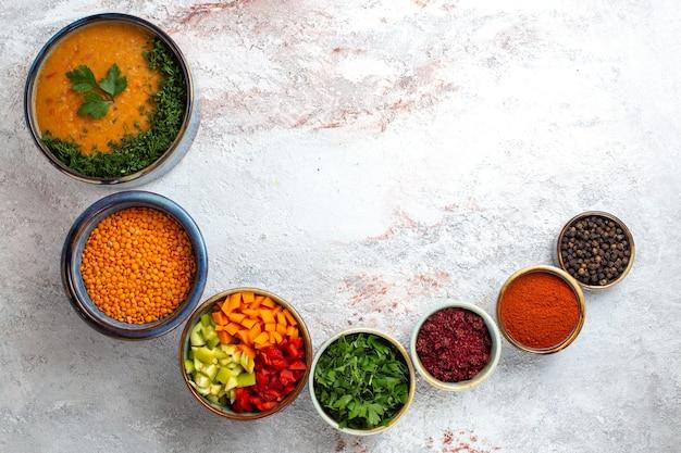 Vue de dessus soupe savoureuse soupe aux haricots cuits avec assaisonnements sur fond blanc légumes repas nourriture soupe épicée