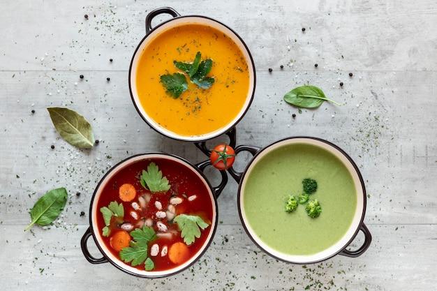 Vue de dessus des soupes et ingrédients à la crème de légumes