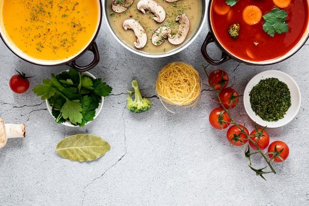 Vue de dessus de soupes et légumes