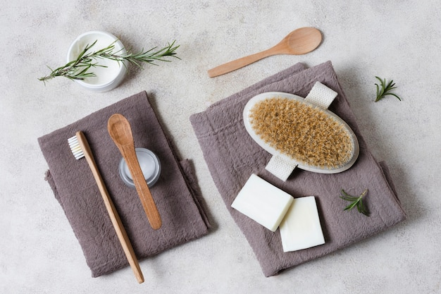 Vue de dessus spa et accessoires de beauté sur les serviettes