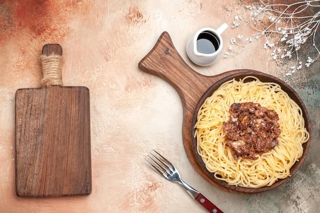 Vue de dessus des spaghettis cuits avec de la viande hachée sur un plat de bureau en bois, de la viande de pâte de pâtes