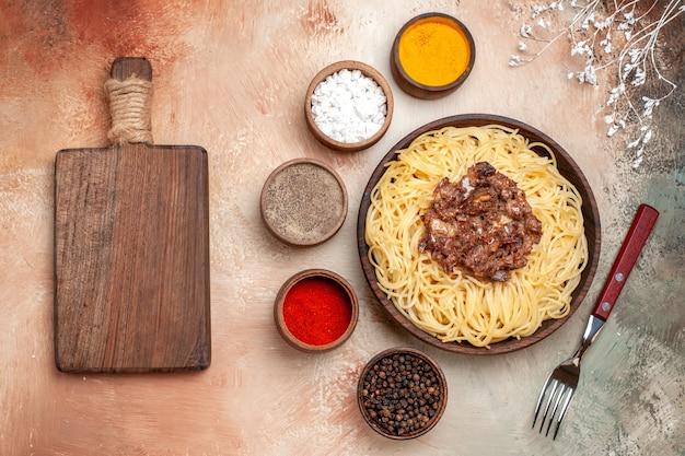 Vue de dessus des spaghettis cuits avec de la viande hachée sur un repas de plat de pâte de pâtes à table légère