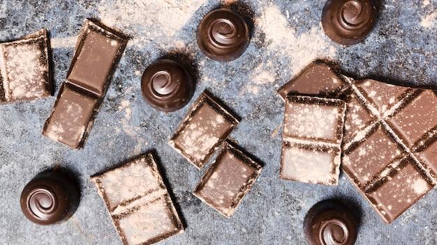 Vue de dessus des spécialités de chocolat couvertes de cacao