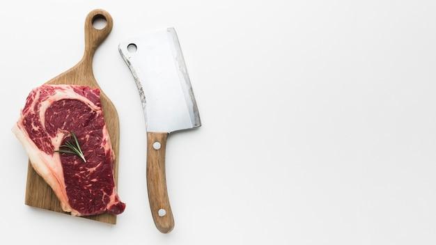 Vue de dessus de steak de porc frais avec espace copie