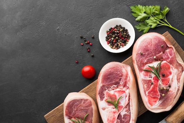 Vue de dessus des steaks frais prêts à être cuits