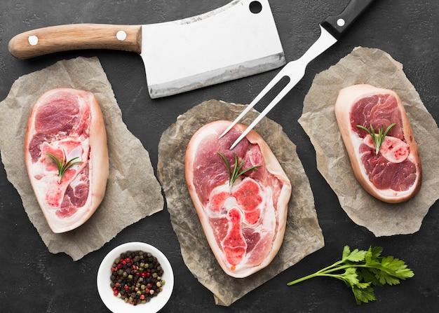 Vue de dessus des steaks frais sur la table prêts à être cuits