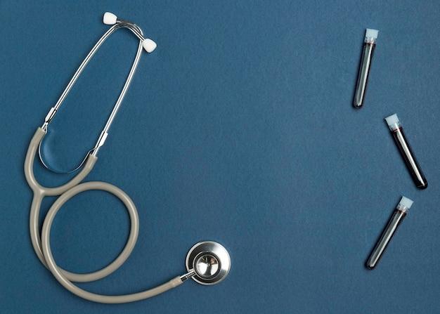 Vue de dessus stéthoscope médical avec des échantillons de sang